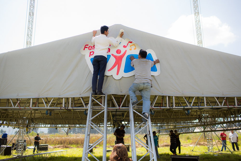 """Festival por la Vida"" logo being attached to the platform."