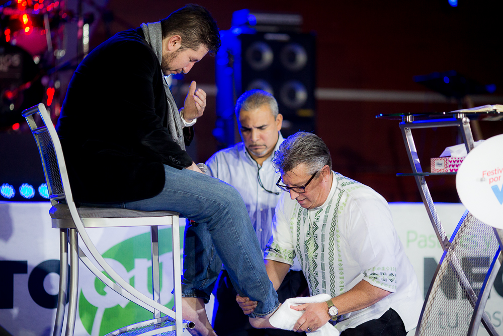 Mike Silva washing Pastor Juan Pablo Avelar's feet.